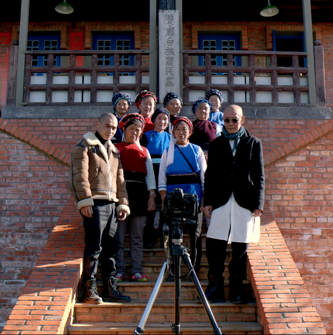 The protagonists of Up the Mountain, including master Shen, take a group portrait
